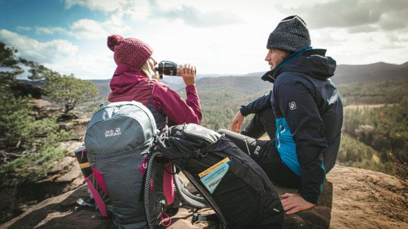 Zwei Wanderer machen Pause